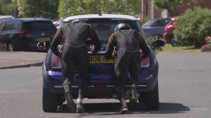 Bobsleiści z Jamajki budują formę... pchając auto
