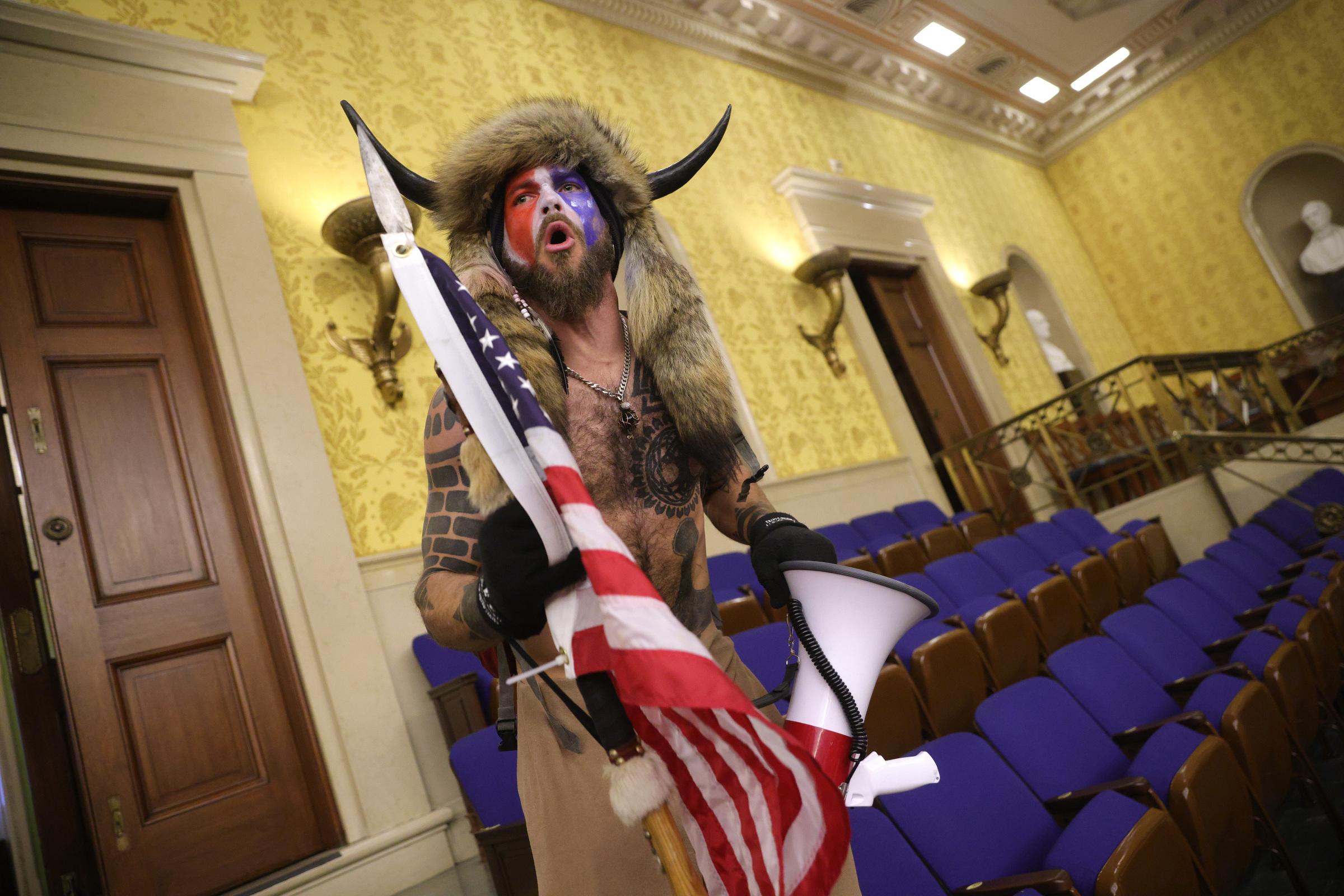 Jeden z demonstrantów, którzy wdarli się do Kapitolu, szczególnie wyróżniał się wyglądem